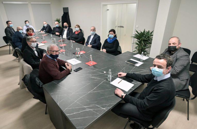 Albin Kurti dhe përfaqësues të Lëvizjes në Kosovë takohen me tre kandidatët nga zgjedhësit për Tiranën, Lezhën dhe Gjirokastrën dhe nënshkruajnë në mbështetje fomularin e KQZ-së